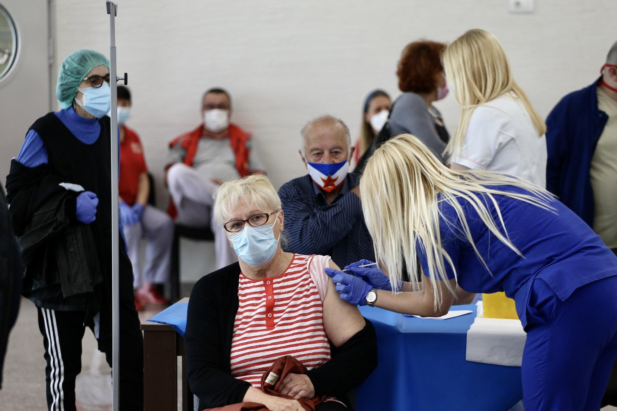 (FOTO) STANDARD NA PUNKTOVIMA ZA VAKCINACIJU: Redovi za vakcine, građani mogu da biraju proizvođača